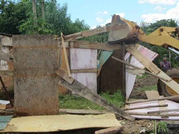 Fiscais do DF derrubam 16 casas em área irregular