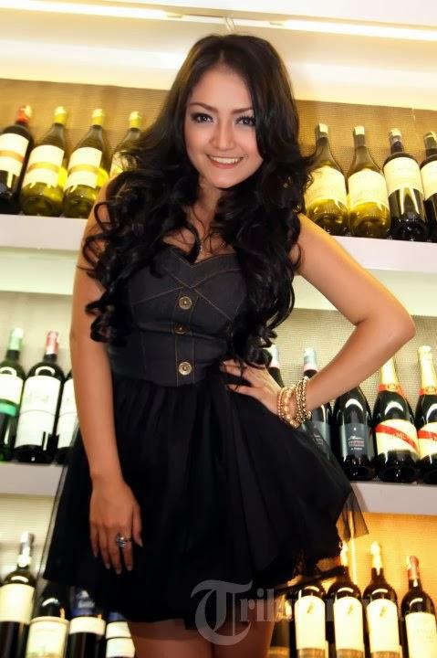 siti badriah hot 04 Skandal Foto Mesum Penyanyi Dangdut Siti Badriah