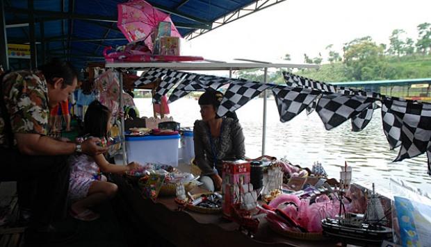 satu warung terapung di floating market lembang di kawasan situ umar