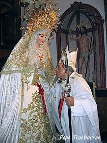 Monseñor Asenjo besa la mano de la Virgen de la Soledad