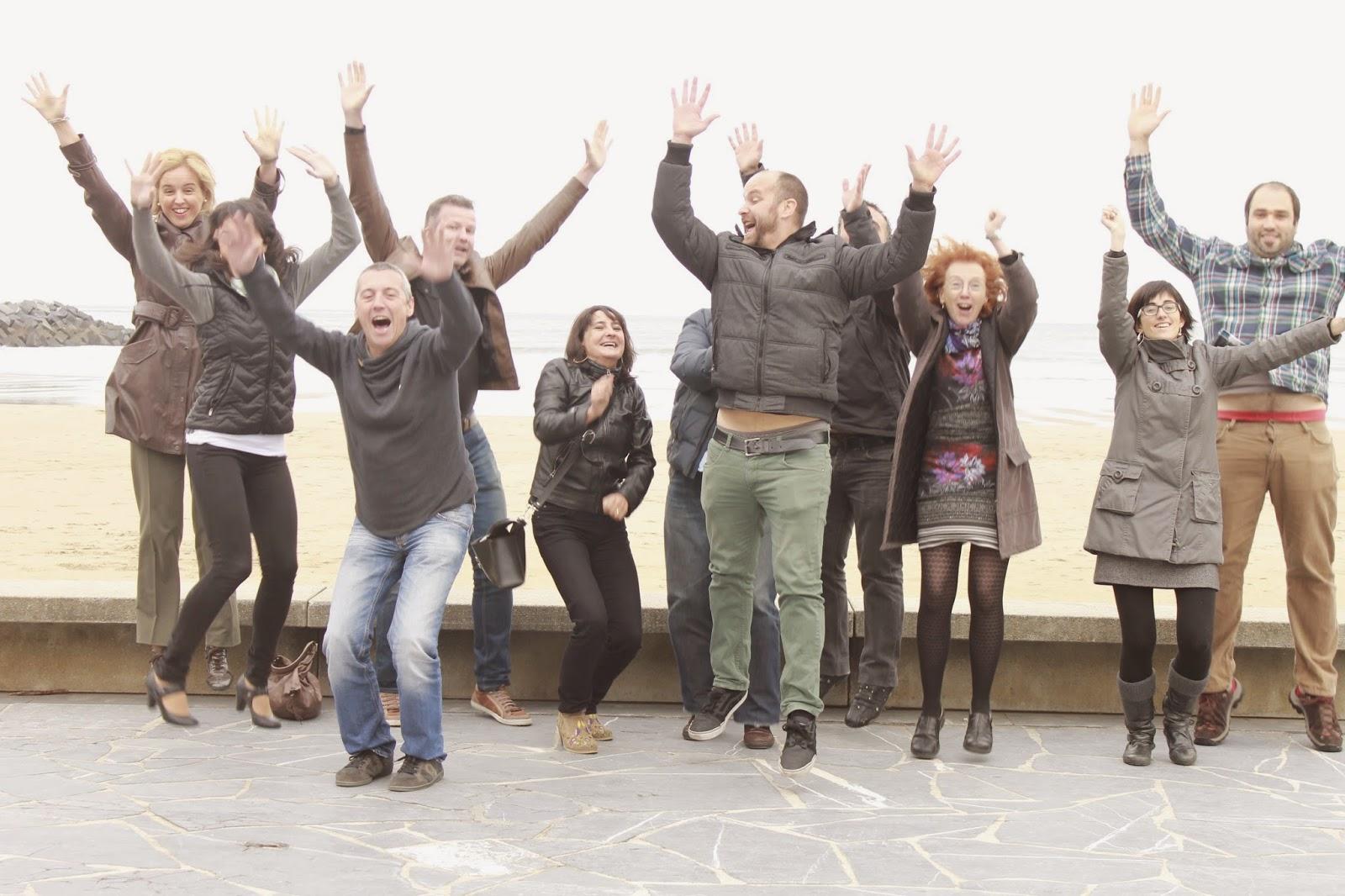 foto de las personas de LinguaSuite saltando de alegría