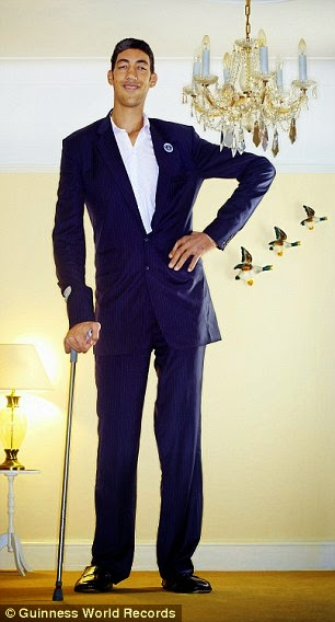 أطول شخص بالعالم