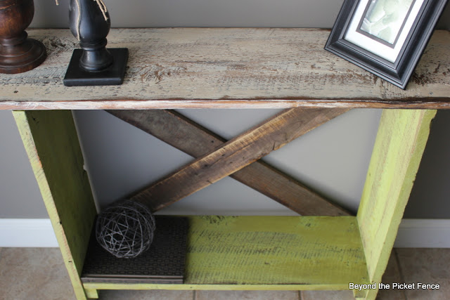 entryway, barn wood, reclaimed wood, table, build it, paint, Beyond The Picket Fence, http://bec4-beyondthepicketfence.blogspot.com/2013/03/spring-green-sofa-table.html
