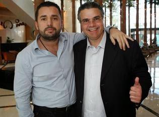 LUIS DE Cubas (der.), aquí junto al promotor Ahmet Oner, será exaltado al Salón de la Fama de la Florida / HECTOR GABINO