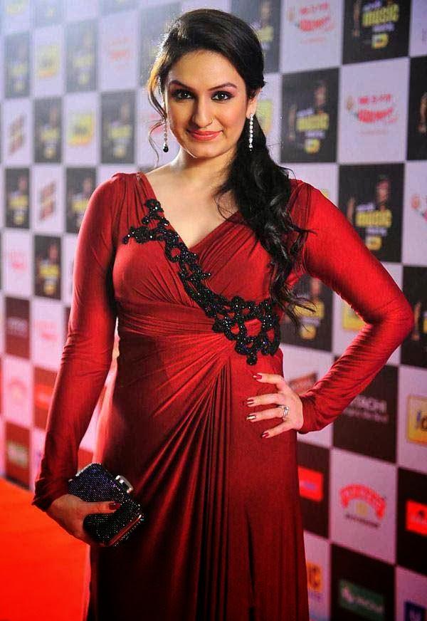 Akriti Kakkar at Mirchi Music Awards 2014
