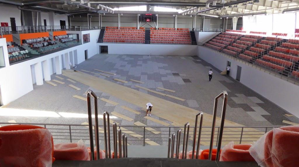 I tecnici DR Sportfloors alle prese con il pavimento sportivo in legno