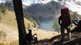 Pendaki Semeru Melepas Lelah di Ranu Kumbolo - Pariwisata Lumajang