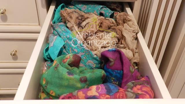 Gaveta de echarpes desorganizada