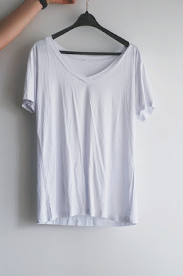 http://www.romwe.com/White-V-Neck-Loose-T-shirt-p-124279-cat-669.html?utm_source=pomaranczowa-pomarancz.blogspot.com&utm_medium=blogger&url_from=pomaranczowa-pomarancz#_=_
