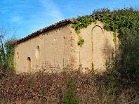 Vista de les façanes de migdia i llevant de la capella de Sant Jaume, en la que podem apreciar l'absis decorat amb arcuacions i lesenes d'estil llombard