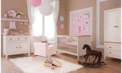 habitación de bebé rosa con blanco