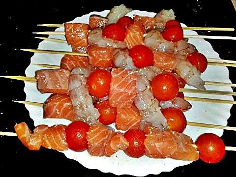 Brochetas de salmón y langostinos en crudo