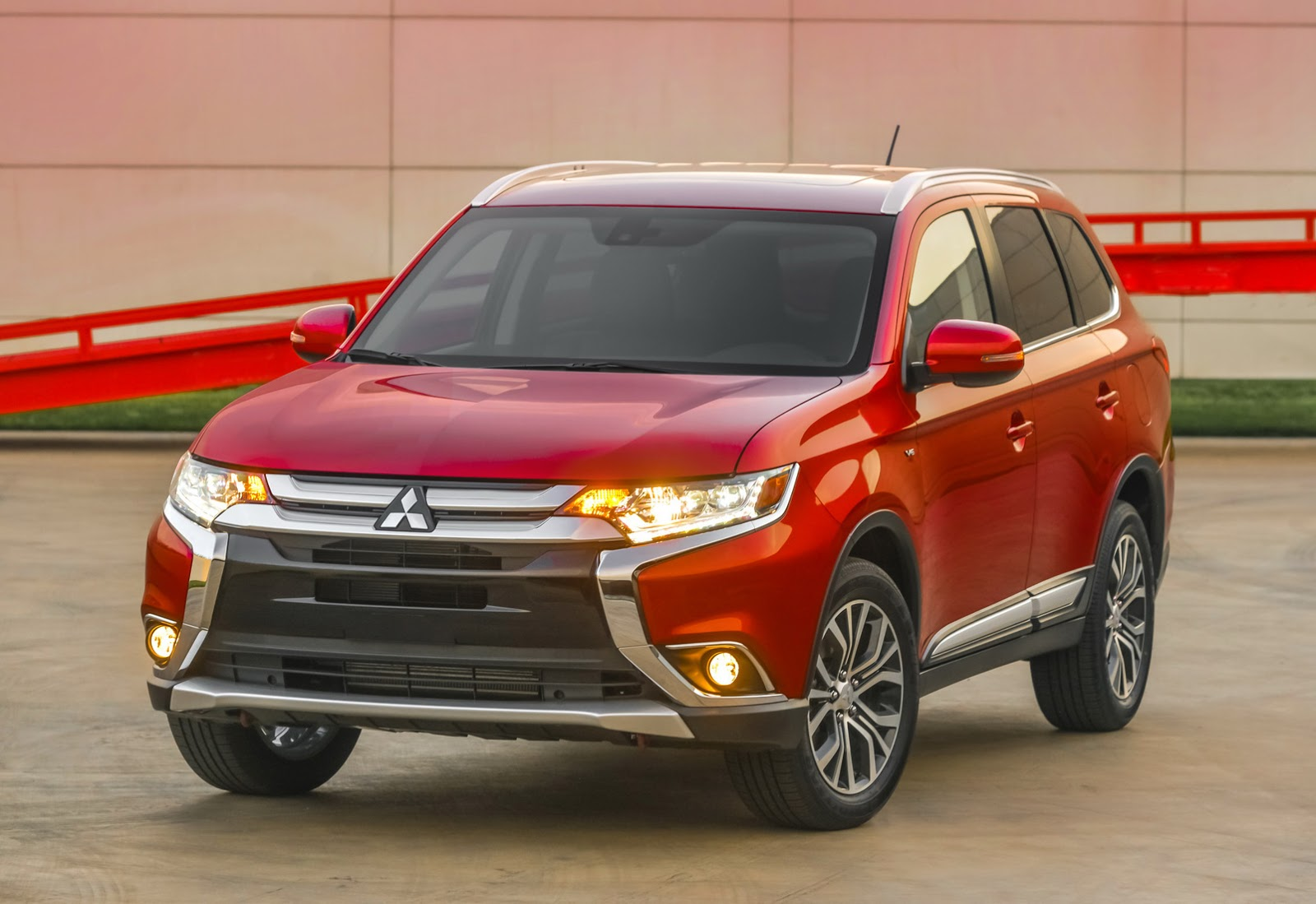 2016 mitsubishi outlander gets a fresh face in new york carscoops. Black Bedroom Furniture Sets. Home Design Ideas