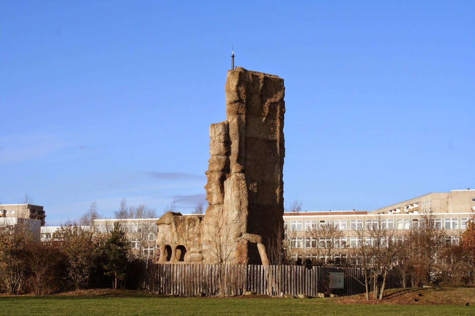Der Kletterfelsen K4 in Grünau wurde aus demontierten Balkonbrüstungen eines 11-geschossigen Plattenbaus sowie Abbruchplatten eines 16-geschossigen Hochhauses gefertigt