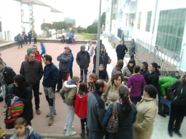 padres de alumnos a las puertas del centro en protesta por la desidia de la admon.