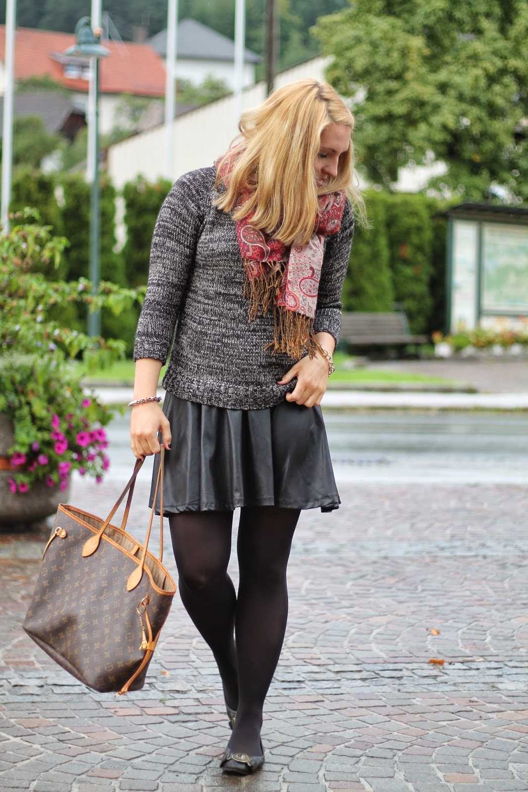 Fashionblogger Austria / Österreich / Deutsch / German / Kärnten / Carinthia / Klagenfurt / Köttmannsdorf / Spring Look / Classy / Edgy / Autumn / Autumn Style 2014 / Autumn Look / Fashionista Look / Zara Grey Sweater / Black Leather Skirt C&A Clockhouse / Louis Vuitton Neverfull MM Monogram Canvas / Burberry Black Flats / Guess Bracelet /