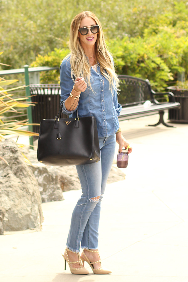 denim with black tote