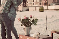 Echar de menos a alguien o algo, sentir su falta.