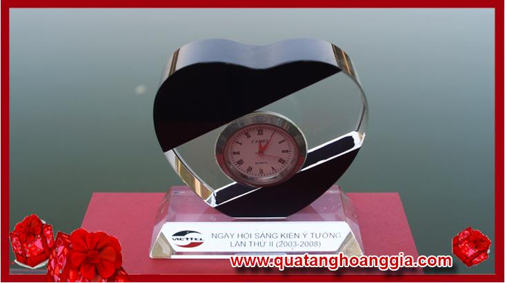 Đồng hồ pha lê trai tim để bàn loại nhỏ
