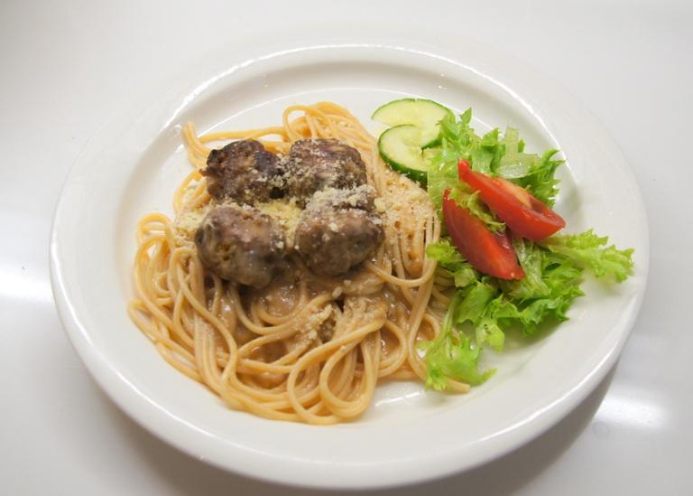 Lihapullakastike spagetilla