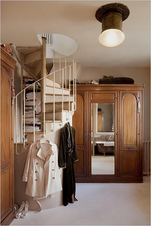 escalera caracol de madera y pasamanos de hierro en habitacion