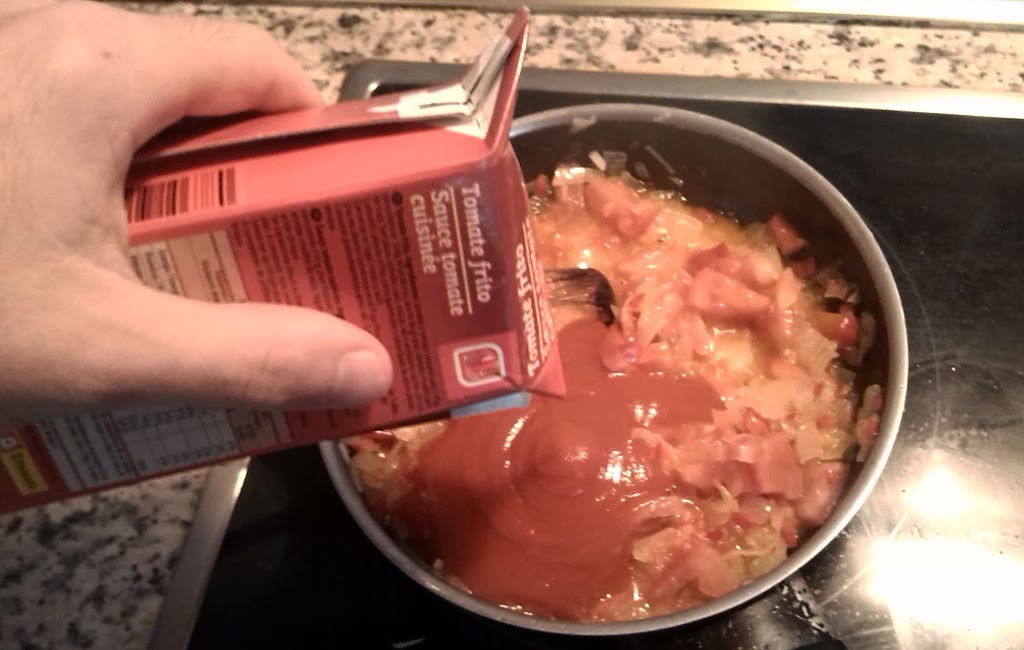 se añade tomate frito en la sarten