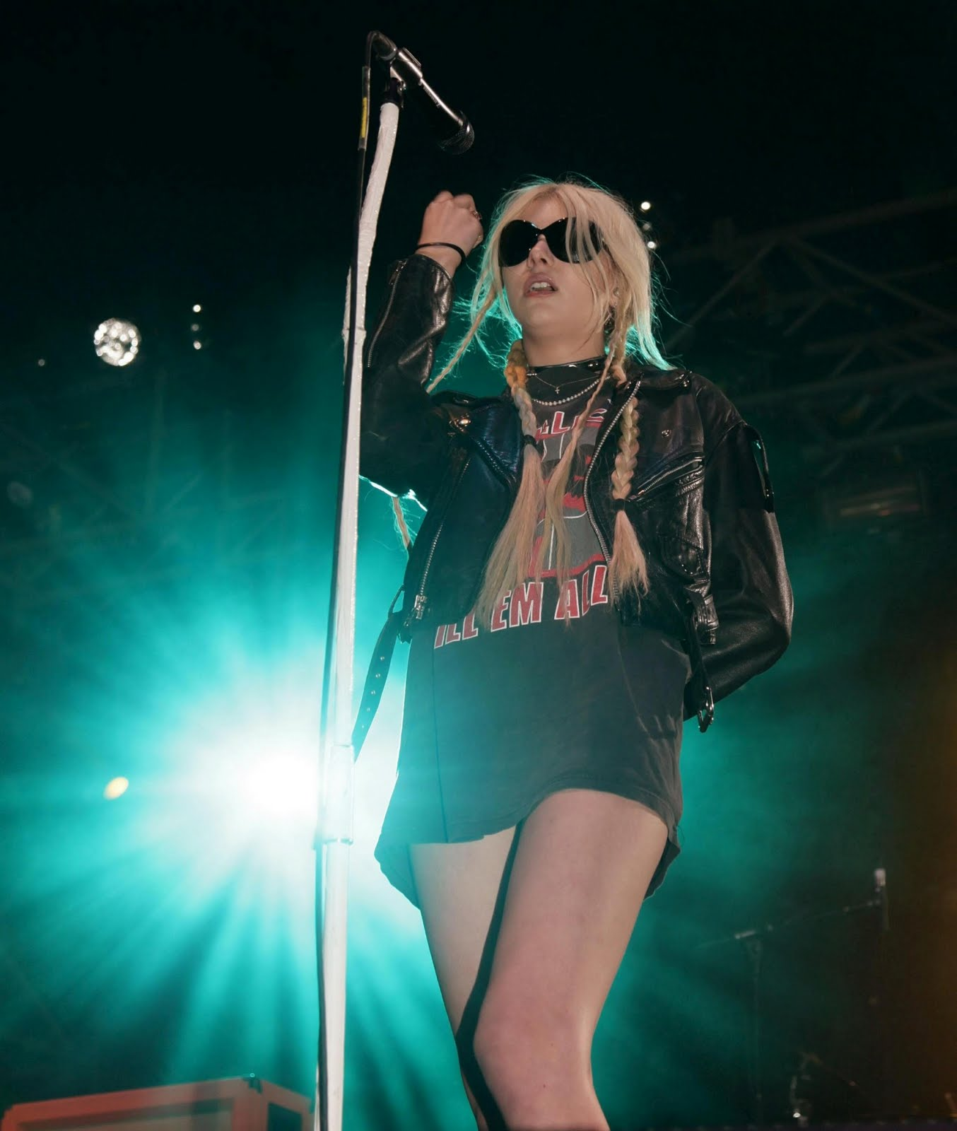 http://2.bp.blogspot.com/-uIUIZsmMNHA/ThM0ILLI4HI/AAAAAAAAIMc/iFdLxbN_Dq0/s1600/Taylor+Momsen+Flashes+Her+Panties+4.jpg