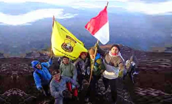 Ekspedisi Senkom Jambi Kibarkan Merah Putih di Puncak Gunung Kerinci