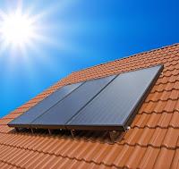 Kolektor słoneczny Brass na dachu z dachówką
