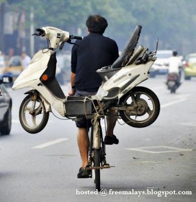 Elak Saman, Lelaki Mabuk Bonceng Motorsikalnya Di Atas Basikal