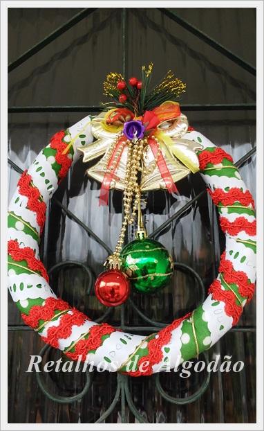 Guirlanda de Natal artesanal decorada com aviamentos