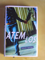 http://www.amazon.de/Atemlos-Spurlos-Ashley-Elston/dp/3958540236/ref=sr_1_8?s=books&ie=UTF8&qid=1451463101&sr=1-8&keywords=atemlos