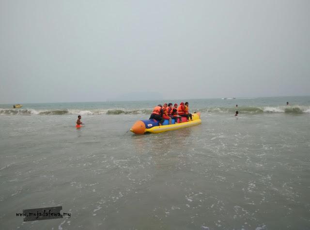 naik bot pisang, naik banana boat, pantai bukit keluang
