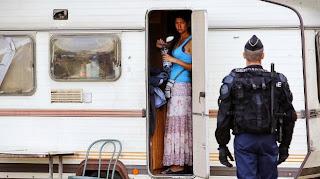 Les forces de l'ordre ont procédé à l'évacuation d'un camp de Roms à Saint-Fons (Rhône),