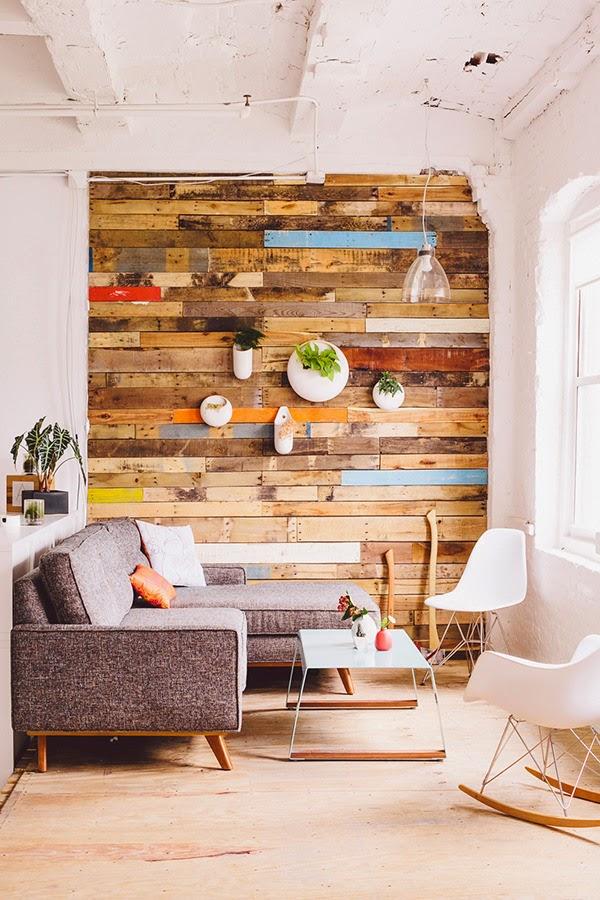 si te gusta el efecto y la atmosfera que se crea gracias a las tablas de madera recuperada pero no te atreves a colocar toda una pared con ellas