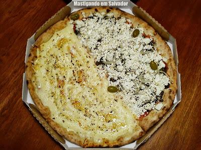 Pizaria Armazém Paulistano: Pizza metade Escarola Light metade 3 Queijos