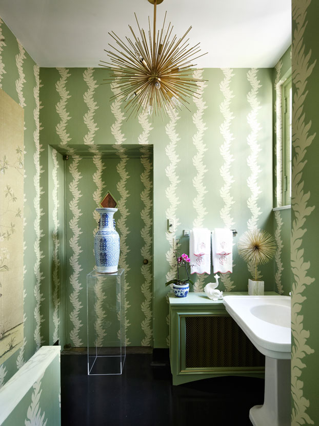 Chinoiserie chic a gorgeous chinoiserie powder room for Gorgeous powder rooms
