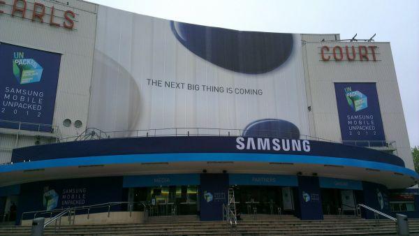 """Las estrellas se presentan solas. """"La próxima gran cosa"""" (The Next Big Thing) necesita presentarse en un evento exclusivo para acaparar todo el protagonismo que se merece. No veremos presentación del Samsung Galaxy S4 en el MWC de Barcelona. Tendremos que esperar un poco más, pero lo bueno se hace esperar, ¿no? La presentación del Samsung Galaxy S3 tuvo lugar en Londres en un gran evento exclusivo. Hace tiempo que vienen surgiendo rumores sobre el Galaxy S4. En un principio se dejaría ver en el CES Las Vegas, algo que yo descarté desde el principio, porque era obvio que en"""