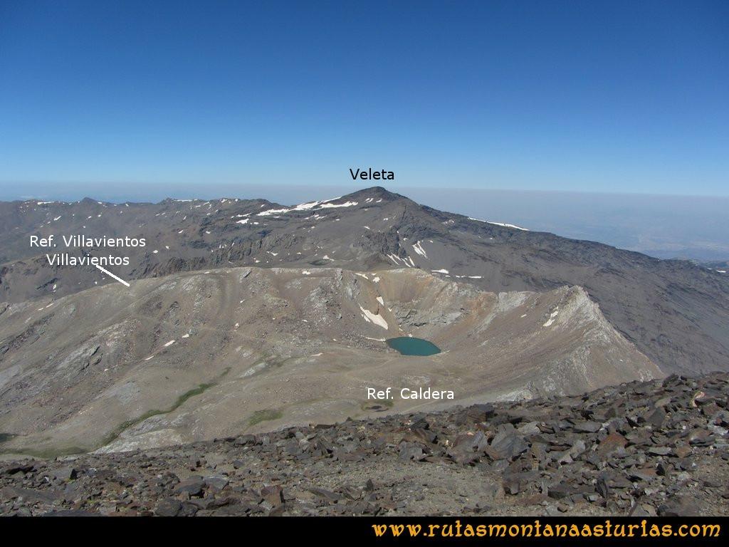 Ruta Posiciones del Veleta - Mulhacén: Bajando con el Veteta y los refugios de Villavientos y Caldera de fondo