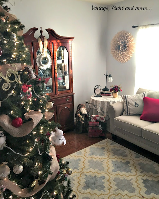 Christmas in the living room, diy paper wreath, stenciled pillows