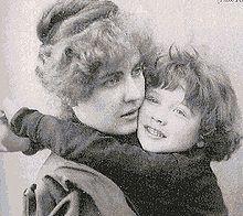 Constance Lloyd, esposa de Wilde, y Cyril, su hijo.
