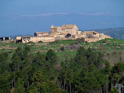 La Cortada, amb l'església de Sant Miquel, del terme municipal de Puig-reig
