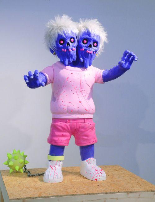 Takahiro Komuro esculturas macabras bizarras coloridas fofas monstros Zumbi de duas cabeças