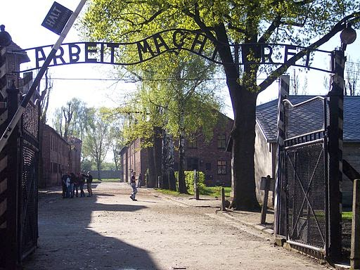Entrada a Auschwitz I, donde se puede leer Arbeit macht frei ('el trabajo libera')