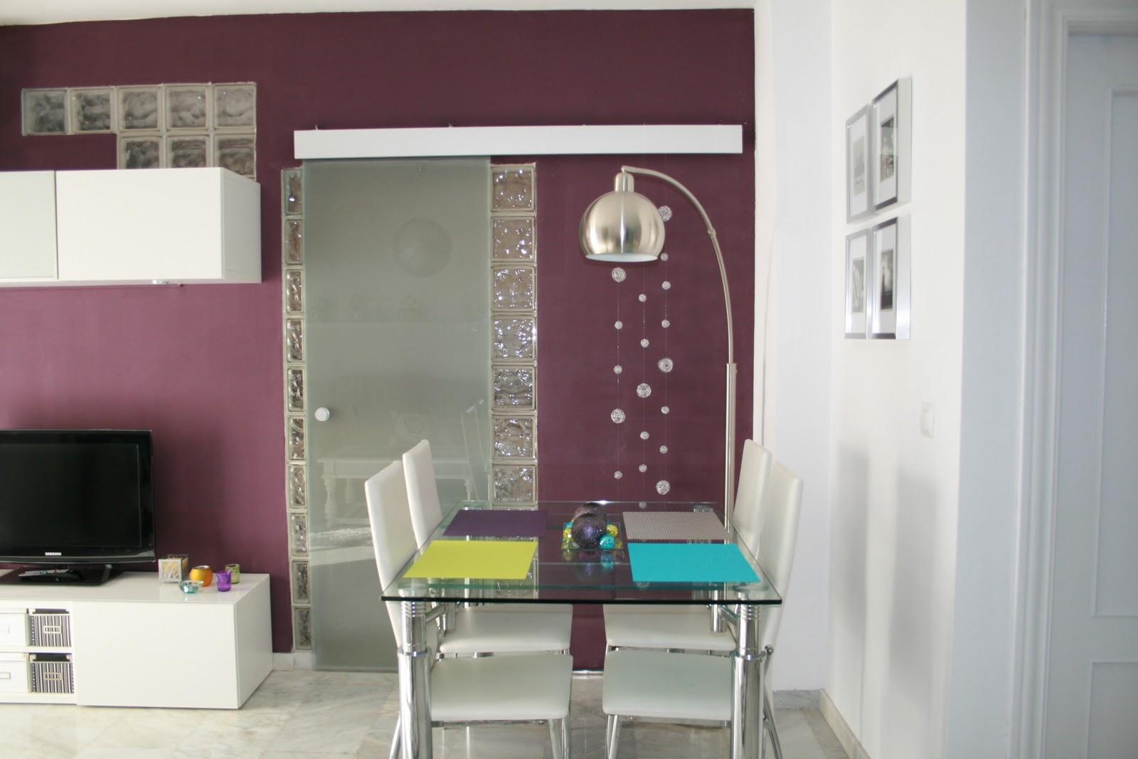 Decoraxpoco salon morado lima y turquesa for Decoracion salon gris y blanco