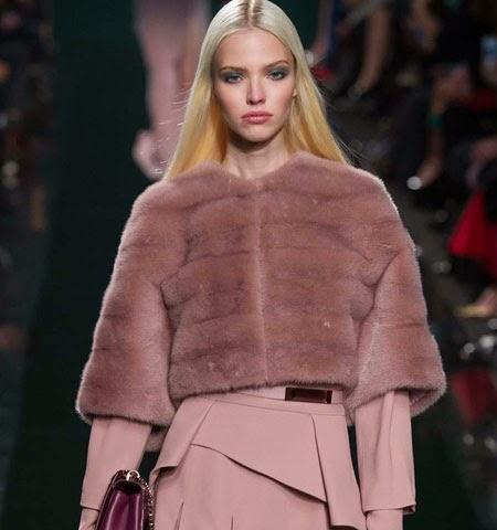 Идеи за съчетаване на зимно палто с кожена наметка