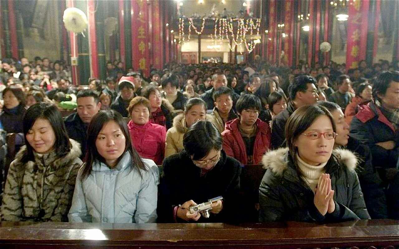 Afluência de fiéis enche teemplos cristãos e tira o sono do socialismo