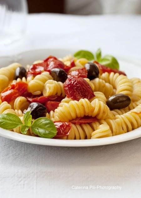 Fusilli con pomodori datterini e olive taggiasche