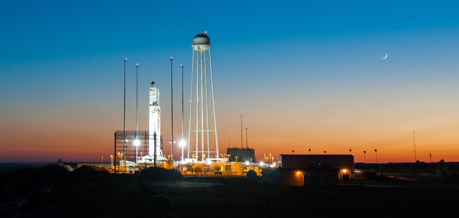 Hỏa tiễn Antares vào 6 giờ chiều ngày 25/10/2014 vừa qua tại bãi phóng Wallops ở đảo Wallops, bang Virginia của nước Mỹ. Bản quyền hình ảnh : NASA/Joel Kowsky.