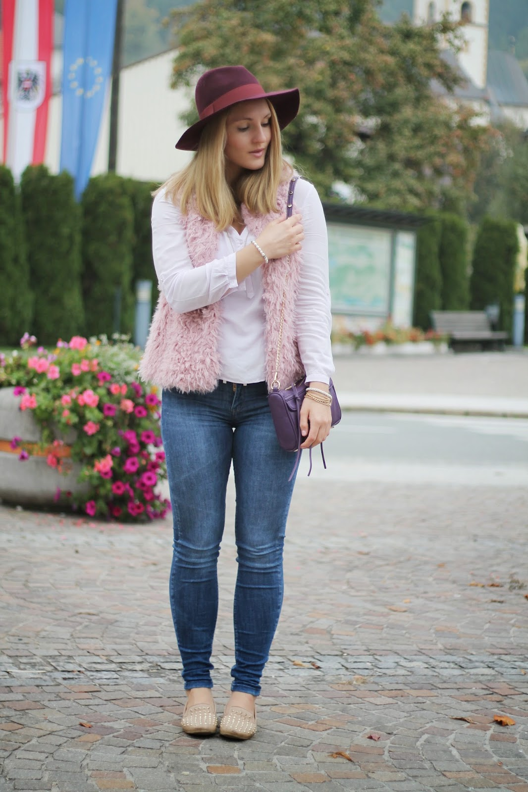 Fashionblogger Austria / Österreich / Deutsch / German / Kärnten / Carinthia / Klagenfurt / Köttmannsdorf / Spring Look / Classy / Edgy / Autumn / Autumn Style 2014 / Autumn Look / Fashionista Look / How to Style Kuschelig mit Fake Fur / Bordeaux Hat Zalando Hut Rot Dorothy Perkins / Cross Kreuz Kette Necklace / Zara Fake Fur Vest Kids Kinder Rosa / Rosa Blouse Zara / Zara Jeans Blue / Deichmann Studded Loafers Beige / Rebecca Minkoff Look a like Bag / Oasap /
